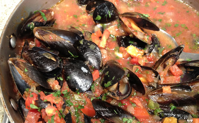 Mussels-Steamed-in-Beer-with-Jalapenos-and-Tomato_e.jpg